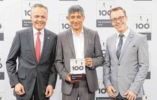 Spitzenmäßig: Die Verleihung der Top-100-Urkunde mit Pate Ranga Yogeshwar (M.) in Essen; hier mit Entwicklungsleiter Christian Höhler (l.) und dem Teamleiter Entwicklung Elektronik, Daniel Kensy.