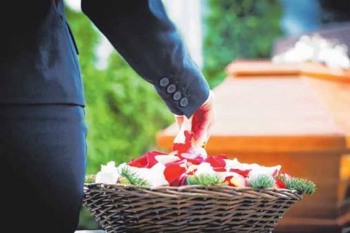 Mit Blumen soll die Wertschätzung und Verbundenheit mit dem Verstorbenen auch über den Tod hinaus gezeigt werden. FOTO: DJD/LV 1871/123RF