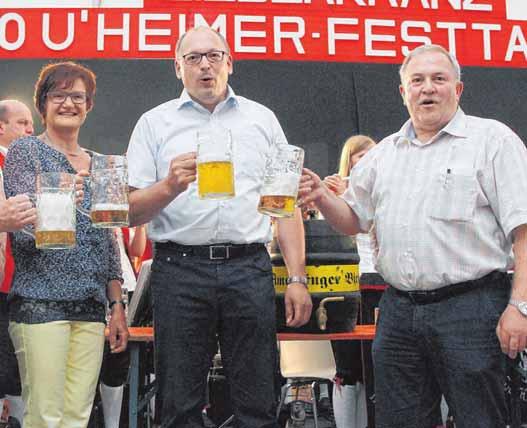 Bieranstich mit Bürgermeister Nikolaus Ebert (Mitte) ist am Freitag im Festzelt. FOTOS: AFI